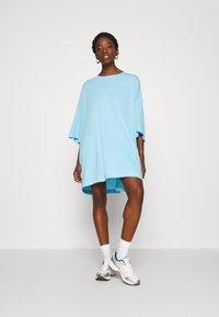 Weekday - HUGE - Basic T-shirt - light blue - 0