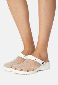 Crocs - CLASSIC TRANSLUCENT - Klapki - white - 0