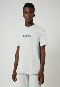Napapijri - S-OODI - T-shirt med print - grey harbor - 0