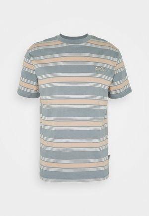 STRIPE TEE - T-shirt con stampa - tan/monument