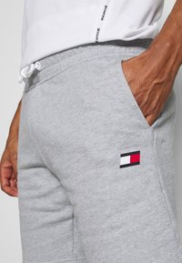 Tommy Hilfiger - SHORTS - Sports shorts - grey - 4