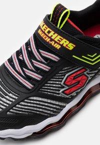 Skechers - SKECH AIR WAVES - Tenisky - black/red/lime - 5