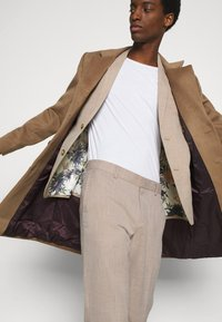 Isaac Dewhirst - WEDDING COLLECTION - SLIM FIT SUIT - Completo - beige - 9