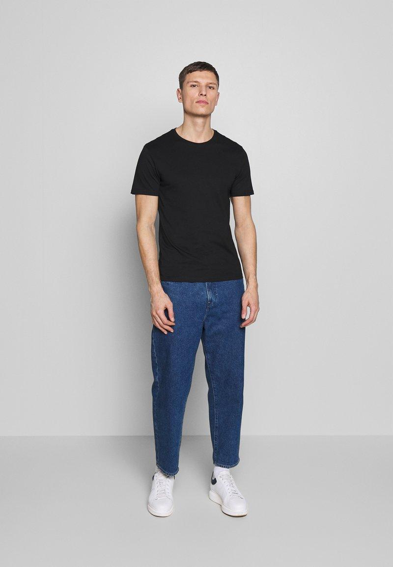 Pier One - 5 PACK - T-shirt basique - black/white/blue