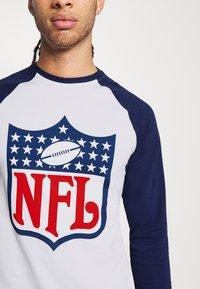 Fanatics - NFL TRUE CLASSICS SHIELD  - Triko spotiskem - white - 4