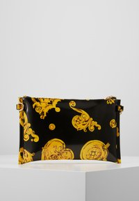 Versace Jeans Couture - MED POUCH PATENT BAROQ - Psaníčko - nero/oro - 2