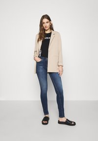 Calvin Klein Jeans - GRID LOGO TEE - T-shirt con stampa - black - 1