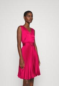 Closet - CLOSET V NECK PLEATED DRESS - Cocktail dress / Party dress - burgundy - 0