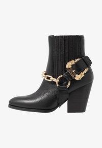 Versace Jeans Couture - Stivaletti con tacco - nero - 1