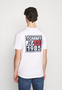 Tommy Jeans - FRONT AND BACK GRAPHIC TEE UNISEX - T-shirt con stampa - white - 2