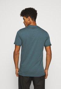 Les Deux - ENCORE  - Print T-shirt - blue fog/anthrazit - 2