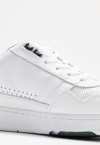 Lacoste - T-CLIP - Sneakersy niskie - white/dark green - 5