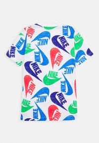 Nike Sportswear - TEE MARKER MASH UNISEX - Camiseta estampada - white/pacific blue/green spark - 1