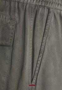 Caterpillar - TRIPLE POCKET WORKWEAR - Shorts - grey - 2