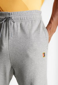 Nike Performance - PANT HERITAGE - Träningsbyxor - grey heather - 3