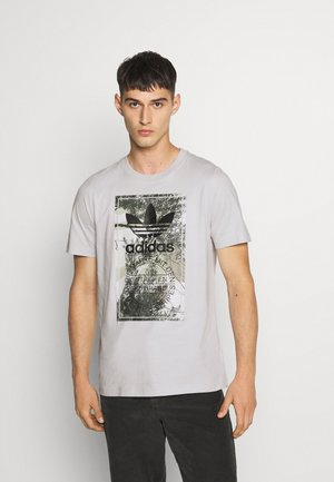 CAMO TONGUE TEE - Printtipaita - grey