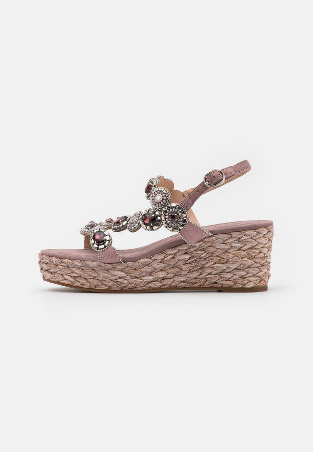Korkeakorkoiset sandaalit - purple