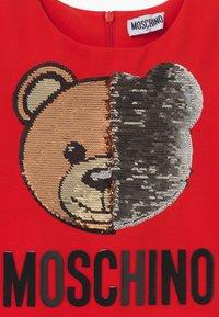 MOSCHINO - Žerzejové šaty - poppy red - 3