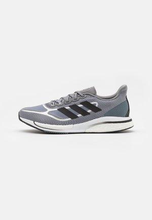 SUPERNOVA  - Neutrální běžecké boty - grey three/core black/blue oxid