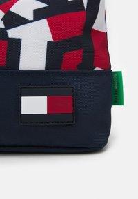 Tommy Hilfiger - CORE PENCIL CASE FLAG PRINT UNISEX - Pencil case - red - 3