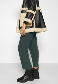 Anna Field - BASIC BUSSINESS PANTS WITH PINTUCKS  - Trousers - dark green - 3