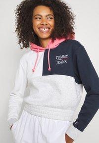 Tommy Jeans - CROP COLORBLOCK LOGO HOODIE - Sweatshirt - silver grey/multi - 3