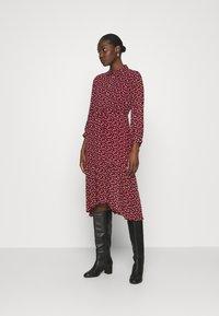 Esqualo - DRESS TUNNEL HEART PRINT - Shirt dress - berry - 1