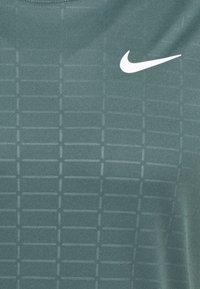 Nike Performance - MILER EMBOSS - T-shirts print - hasta - 2