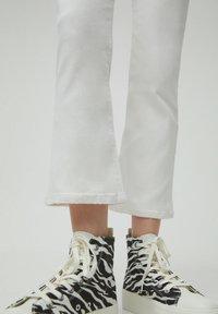 PULL&BEAR - Jeans a zampa - white - 5