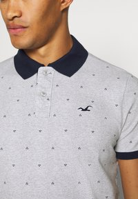Hollister Co. - CORE PRINTS - Polo - grey - 5