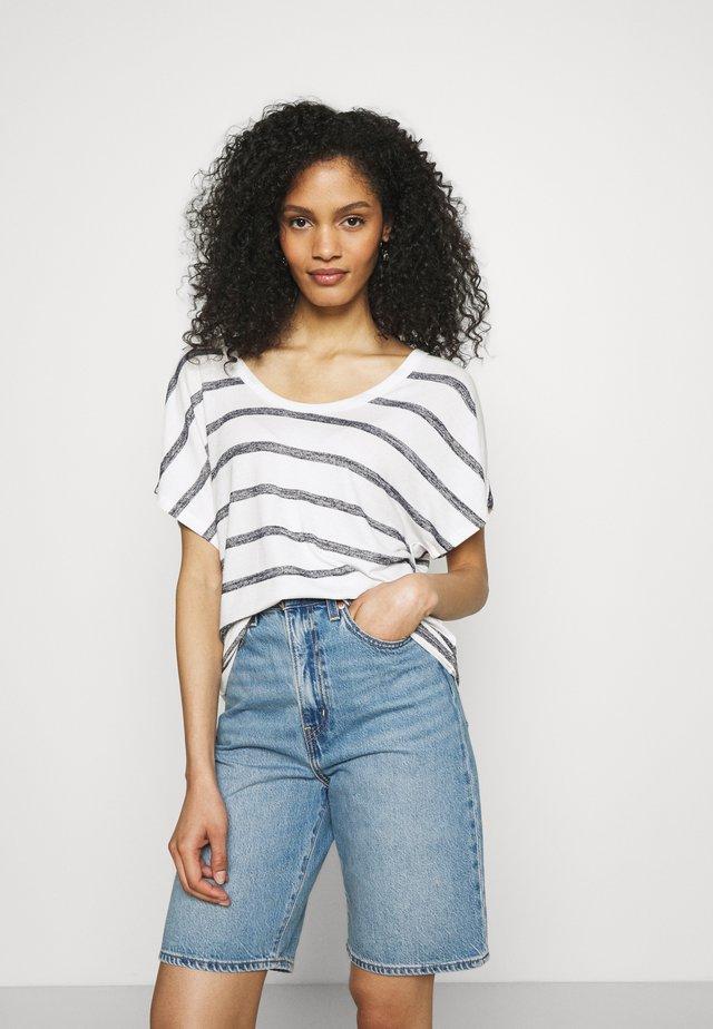 SCOOPNECK  - Print T-shirt - white/navy