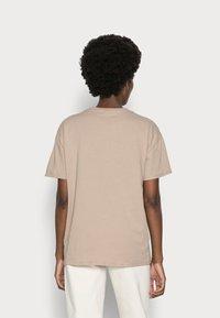 Marc O'Polo DENIM - SHORTSLEEVE ROUNDNECK - Print T-shirt - rocky road - 2