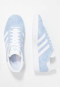adidas Originals - GAZELLE - Trainers - globe blue/footwear white/gold metalic - 3