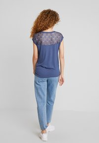 ONLY - ONLNICOLE LIFE MIX - T-shirt con stampa - vintage indigo - 2