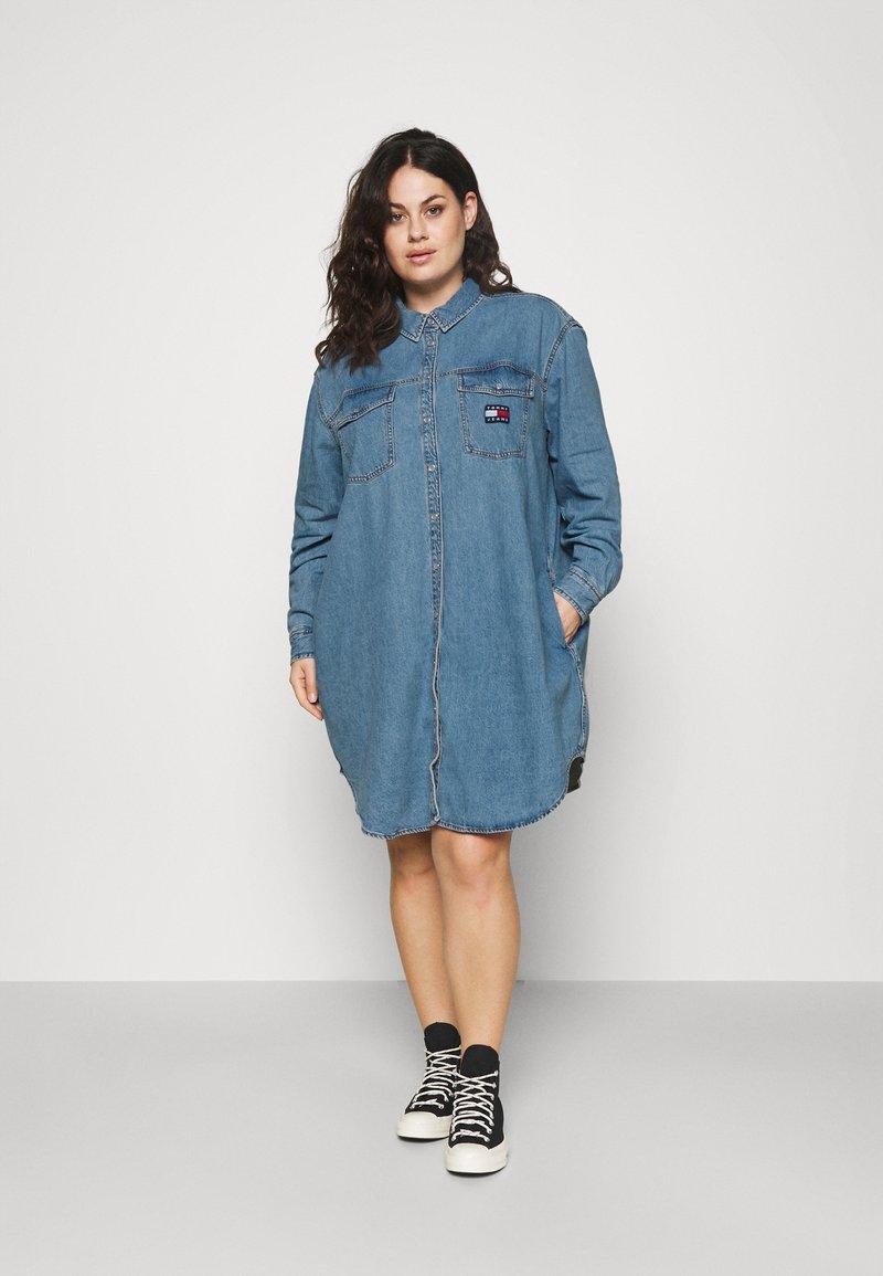 Tommy Jeans Curve - SHIRT DRESS - Denim dress - denim medium
