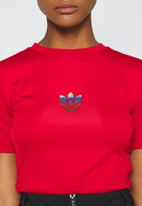 adidas Originals - SLIM SHORT SLEEVE TEE - T-shirt z nadrukiem - scarlet - 5