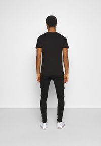 Jack & Jones - JJILIAM JJCARGO  - Cargobyxor - black denim - 2