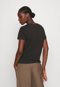 Wrangler - HIGH REGULAR TEE - Print T-shirt - washed black - 2