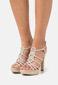 Menbur - Korkeakorkoiset sandaalit - gold - 0