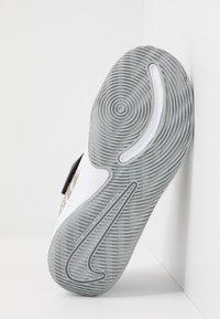 Nike Performance - TEAM HUSTLE QUICK 2 - Basketball shoes - black/metallic gold/light smoke grey/white - 5