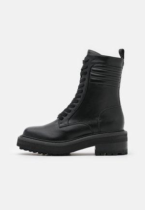 QUEENETH - Šněrovací kotníkové boty - black