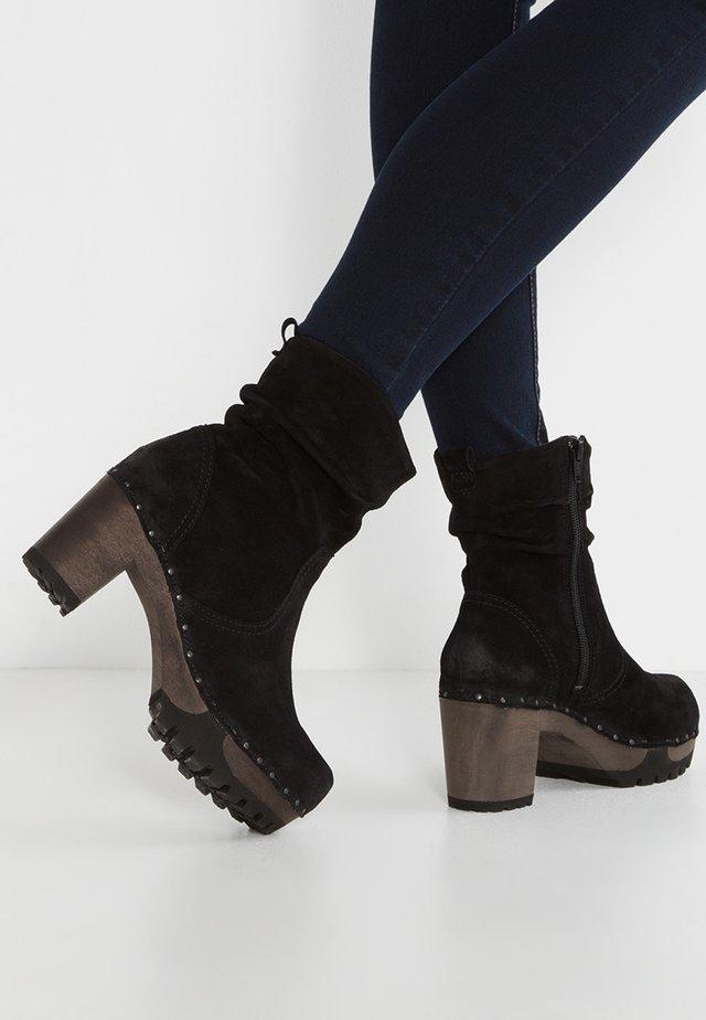 BOOTIE - Kotníkové boty na platformě - bailey schwarz