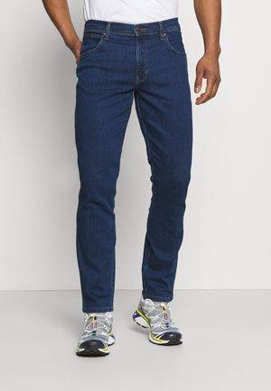 TEXAS - Straight leg jeans - red corvette