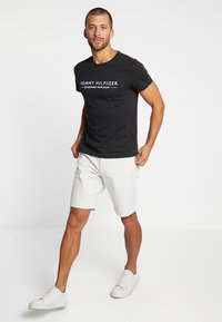 Tommy Hilfiger - ESSENTIAL TEE - Print T-shirt - black - 1