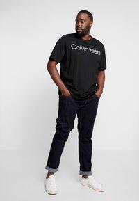 Calvin Klein - FRONT LOGO - Print T-shirt - black - 1