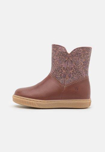 LESLEY ZIP TEX BOOTIE - Winter boots - wood