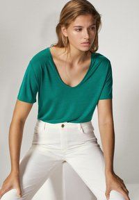 Massimo Dutti - MIT METALLIC-DETAIL - Basic T-shirt - green - 4