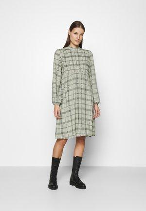 BECCA DRESS - Denní šaty - oil green