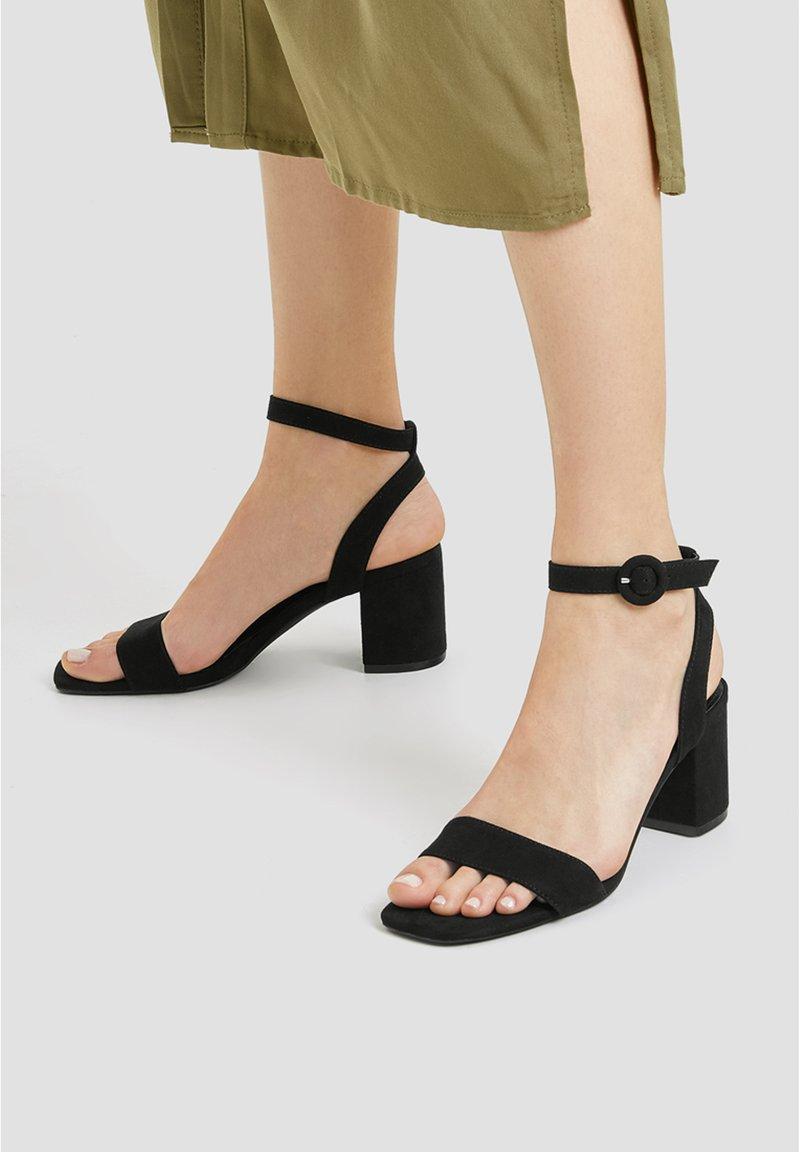 PULL&BEAR - Sandaalit nilkkaremmillä - black