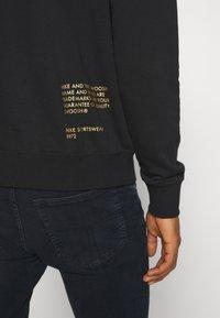 Nike Sportswear - HOODIE - Hoodie - black/gold - 5